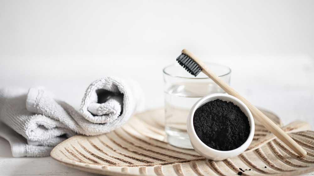 Saiba os riscos do carvão ativado para os dentes